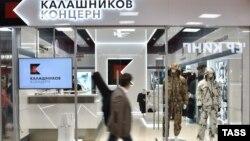 Мужчина с багажом проходит мимо магазина концерна «Калашников» в аэропорту Шереметьево. Москва, 18 августа 2016 года.