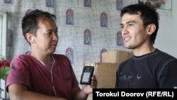Адахам Кузиев (оңдо) кыргызчаны жаштайынан эле билээрин айтат, Исфана, 22-август, 2012
