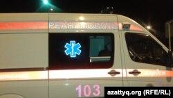 """Машина скорой медицинской помощи, уезжающая с территории торгового центра """"Прайм плаза"""". Алматы, 31 августа 2013 года."""