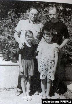 З сынам Яўгенам і ўнукамі Аняй і Янам. 1994