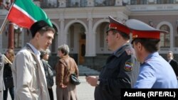 Наил Нәбиуллин татар телен яклау пикетында, 21 апрель 2012