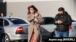 Некоторые крымчане носят маски в общественных местах, соблюдая жесткие правила в период пандемии. Симферополь, 12 мая 2020 года