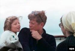 Президент Жон Кеннеди жубайы Жаклин жана кызы Кэролайн менен. 25-август, 1963-жыл.