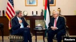 Американскиот државен секретар Џон Кери со палестинскиот претседател Махмуд Абас