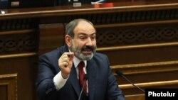 Премьер-министр Армении Никол Пашинян выступает в Национальном собрании, Ереван, 12 февраля 2019 г.