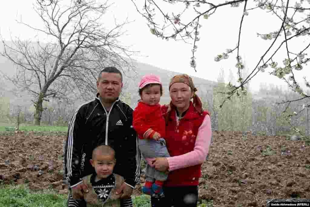 """Когда репортер Азаттыка спросила Перизат, подумывает ли она о переезде в Казахстан, за нее ответила Анар-апай: «Какой Казахстан? Ее муж - единственный сын, и вообще, чтобы ехать туда, нужна база, чтобы кто-то из братьев или родственников был устроен, тогда бы """"потянул"""" за собой родственников»."""