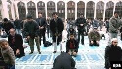 Мусульмане во время пятничного намаза в мечети Лондона.