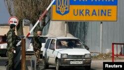 Прикордонники перевіряють автомобіль на українсько-російському кордоні. Ілюстраційне фото