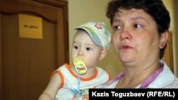 Мать пограничника Владислава Челаха Светлана Ващенко со своим восьмимесячным сыном. Алматы, 23 июля 2012 года.