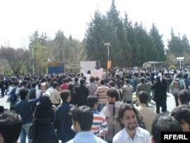 دانشجویان دانشگاه شیراز پس از نه روز تحصن به طور مشروط به تحصن خود خاتمه دادند.