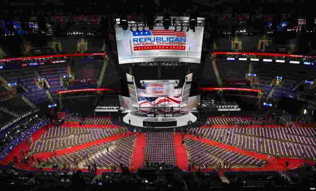 Подготовка ареныQuicken Loans к проведению четырехдневного съезда Республиканской партии США.