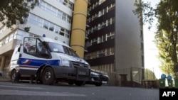 پلیس دربرابر ساختمان مجله شارلی ابدو