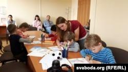 Кіраўніца гуртку Алеся Аўласевіч з групай будучых школьнікаў