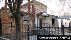 DTA театры орналасқан ғимараттың сыртқы көрінісі. Алматы, 6 сәуір 2013 жыл.