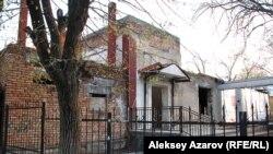 Здание, где раньше находился DTA, в стадии реконструкции. Алматы, 6 апреля 2013 года.