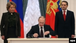 Ռուսաստանի նախագահ Վլադիմիր Պուտինը վավերացնում է Ղրիմը Ռուսաստանի մաս հռչակող օրենքը, Մոսկվա, 21-ը մարտի, 2014թ․