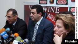 Վարդան Այվազյանը, Վարդան Արամյանը եւ Կարինե Հակոբյանը լրագրողների հետ հանդիպմանը: 3-ը փետրվարի, 2010 թ.