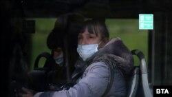 От понеделник маските остават задължителни само за обществения транспорт, аптеките и болниците