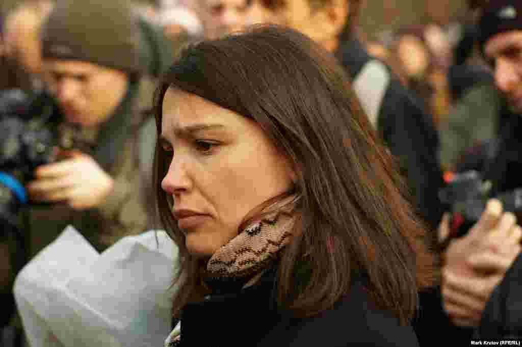 В церемонии участвовала дочь Бориса Немцова Жанна.«Спасибо всем, кто пришел сегодня. Я рада, что эта площадь будет названа именем моего отца. Спасибо мэру Праги Зденеку Гржибу, всем жителям Праги, которые добивались этого. Это действительно очень важно для россиян. Я хочу поделиться с вами сегодня, в годовщину убийства моего отца, своими эмоциями. Конечно, это огромная личная трагедия, но так как был убит не только мой отец, но и российский политический деятель, лидер российской оппозиции, передо мной, как его дочерью, встало несколько вопросов. А именно: молчать или что-то делать? И я могу сказать, что мне было страшно заниматься расследованием. Мне было безумно страшно подписывать ходатайство о допросе президента Чечни Рамзана Кадырова. О допросе главы внутренних войск Виктора Золотова. Мне было страшно создавать фонд Немцова, потому что у меня не было никакого опыта. Но я сделала этот выбор», – сказала в своей речи Жанна Немцова.