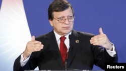 Жазэ Мануэль Барозу прамаўляе на прэсавай канфэрэнцыі ў Давілі