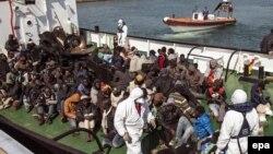 Një grup migrantësh në Itali...