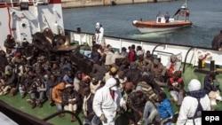 Кырсыктан куткарылган мигранттар. Италиянын Корильяно порту. 15-апрель 2015