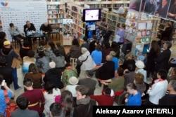 Ақындар Бақытжан Қанапиянов және Бақыт Кенжеевтің қатысуымен өткен шығармашылық кеш. Алматы, 31 қазан 2015 жыл.