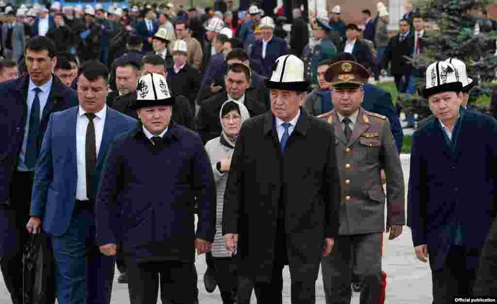 На прошлой неделе во время съезда СДПК стало заметно похолодание в отношениях президента Сооронбая Жээнбекова и Алмазбека Атамбаева, которые были одной командой во время президентских выборов.