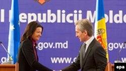 Europarlamentara slovenă la conferința de presă împreună cu premierul Iurie Leancă