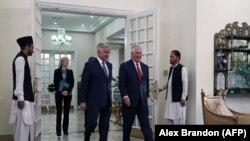 د امریکا بهرنیو چارو وزیر رېکس ټيلرسن له خپل پاکستاني سیال خواجه اصف سره