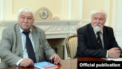 Профессорлор Юлий Худяков менен Астайбек (Виктор) Бутанаев. Бишкек. 18.4.2017.