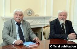 Российские кыргызоведы, археолог Юлий Худяков (справа) и этнограф Виктор Бутанаев. 18.4.2017.