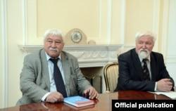 Профессорлор Юлий Худяков менен Астайбек (Виктор) Бутанаев. Бишкек. 2017-жылдын 18-апрели.