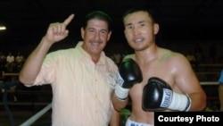 Боксер из Казахстана Канат Ислам со своим менеджером.