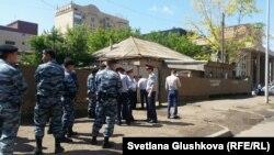 Судебные исполнители и полиция рядом с домом семьи Мейрамовых по улице Иманова. Астана, 24 июня 2016 года.