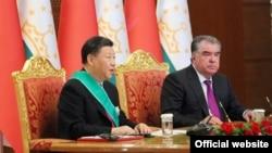 Президент Китая Си Цзиньпин (слева) и президент Таджикистана Эмомали Рахмон в Душанбе в 2019 году.
