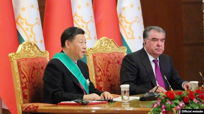 Кытай президенти Си Цзиньпин (солдо) жана Тажикистан президенти Эмомали Рахмон Дүйшөмбү шаарында, 2019-жыл.