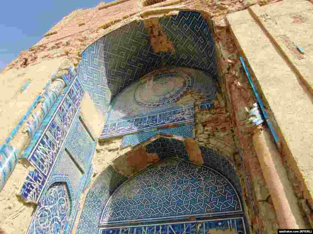 Mäne Baba mawzoleýiniň portaly
