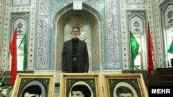 پدر محمدعلی جهانآرا در مراسم ختم همسرش پشت عکسهای سه تن از فرزندان جانباختهاش
