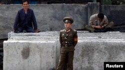 Ілюстраційне фото: північнокорейський прикордонник на березі прикордонної з Китаєм річки Ялуцзян (Амноккан) у місті Сінийджу, що навпроти китайського міста Даньдун, 7 червня 2013 року