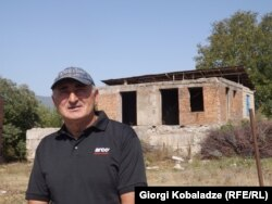 Гоча Маргишвили у разрушенного дома в Гугутианткари