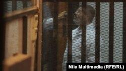 الرئيس المصري المعزول محمد مرسي في قفص الإتهام أثناء محاكمته