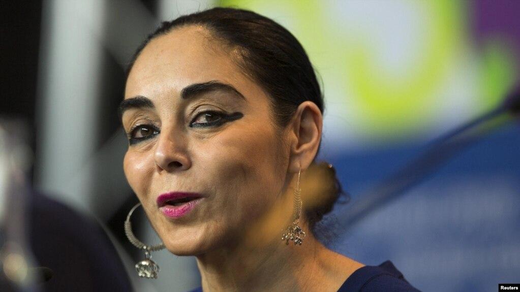 شیرین نشاط در نوجوانی ایران را ترک کرد و برای ادامه تحصیل به ایالات متحده رفت.