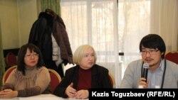 На общественных слушаниях (слева направо) представитель фонда «Сорос-Казахстан» Алия Шарипбаева, руководитель прессозащитной организации «Адил соз» Тамара Калеева и представитель министерства информации и коммуникаций Казахстана Бекзат Рахимов. Алматы, 28 ноября 2016 года.