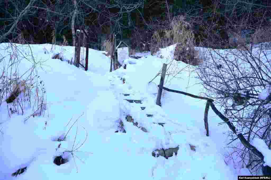 Скит расположен на горе Кызылжар. Чтобы попасть туда, нужно миновать это заграждение и следовать вверх.