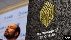 Америка-Ислам байланышы Кеңешинин аткаруучу директору Нихад Аувад Курандын англисче котормосунун жанында туруп, журналисттердин суроолоруна жооп берүүдө. Вашингтон, 9-сентябрь, 2010