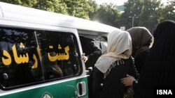 در نامه فعالان حقوق زنان به رفتار خشونت آمیز ماموران دولتی با زنان اشاره شده است. عکس تزئینی است.