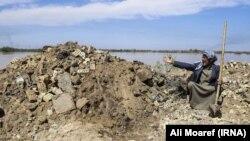افزایش خروجی سدها و افزایش دبی رودخانه کارون، سیلبندها و خانههایی را تخریب کردهاست. (در تصویر: کارون)