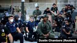 Паліцыянты ў гарадах ЗША кленчаць на знак салідарнасьці з пратэстоўцамі. ФОТАГАЛЕРЭЯ