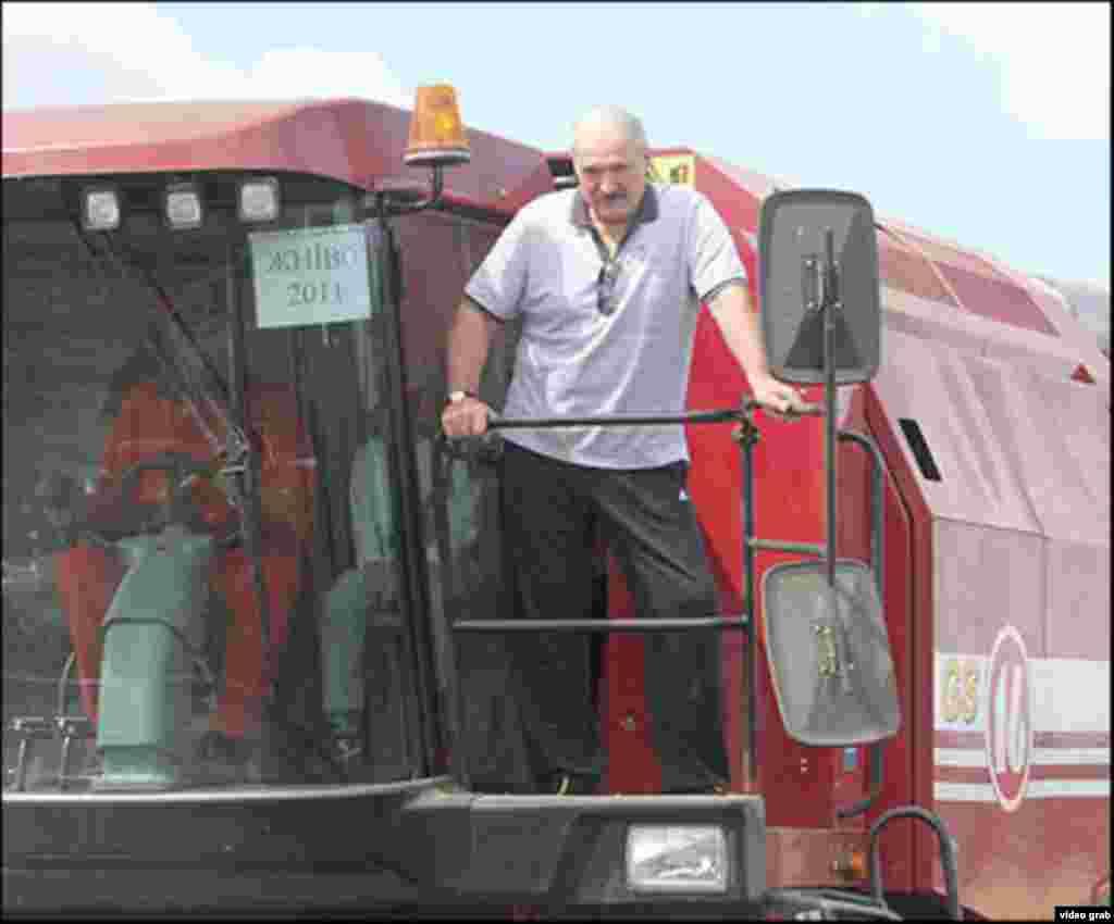 Лукашенко на комбайні